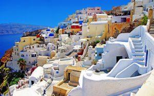 Santorini (Grčka) - magično, vulkansko ostrvo koje svojim jedinstvenim koloritom i pejzažima oduzima dah. Čudesni, skriveni dragulj Mediterana sa najlepšim zalaskom sunca i plažama raznobojnog peska. Osetite njegov šarm i magiju sa COCO Travel.