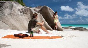 Sejšeli - zamislite savršenu sliku odmora - sebe kako lenčarite na rajskoj obali, uokvirenoj granitnim stenama, uz stabla kokosovih palmi i pesmu retkih ptica.